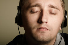 De mens luistert muziek Royalty-vrije Stock Foto's