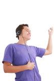 De mens luistert muziek met hoofdtelefoons Royalty-vrije Stock Afbeeldingen