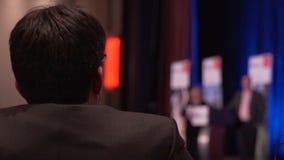 De mens luistert om op een conferentie te spreken stock videobeelden
