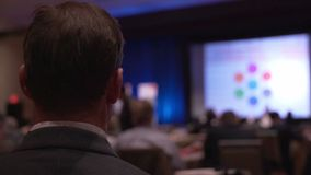 De mens luistert op een conferentie