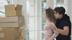 De mens maakt een verrassing en toont een nieuw huissleutels aan zijn vrouw stock videobeelden