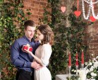 De mens maakt gift, doos voor zijn meisje Valentine, liefde en verhouding Tederheid stock foto's