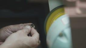 De mens maakt juwelen door het speciale apparatenclose-up schoon stock videobeelden