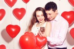 De mens maakt tot heden aan zijn mooi liefjemeisje De valentijnskaartdag van de minnaar Valentine Couple De jongen geeft aan zijn stock afbeeldingen