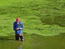 De mens maakt vlieg aan vislijn vast Royalty-vrije Stock Afbeeldingen