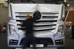 De mens maakt vrachtwagen schoon Royalty-vrije Stock Foto