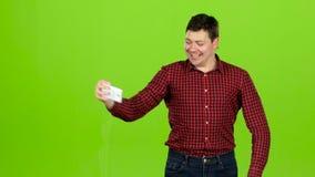 De mens maakt vrolijke zelf en toont duimen Het groene scherm stock videobeelden