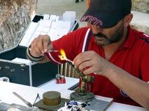 De mens maakt wat glasspeelgoed Stock Fotografie