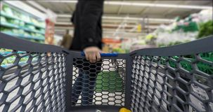 De mens maakt zijn cursussen bij de supermarkt stock footage