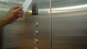 De mens maakt zijn plastic zeer belangrijke kaart in lift vast om capaciteit te openen om zijn vloer in te gaan stock videobeelden