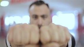De mens maakt zijn vuisten, die door zijn macht tonen stock video