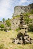 De mens maakte steentoren, met de unieke achtergrond van de de vormingsmuur van de basaltrots openlucht royalty-vrije stock fotografie
