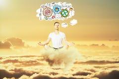 De mens mediteert in de hemel en denkt over bedrijfsregelingsconcept Stock Foto's