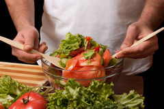 De mens mengt salade Royalty-vrije Stock Foto