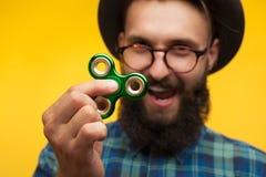 De mens met baard het tonen friemelt spinner Royalty-vrije Stock Foto's