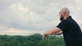 De mens met Baard onderzoekt de Afstand stock footage