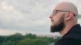 De mens met Baard onderzoekt de Afstand stock video
