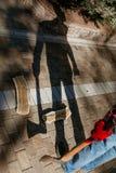 De mens met bijl geeft onheilspellende schaduw royalty-vrije stock afbeelding