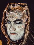 De mens met doornen of wratten, gezicht wordt behandeld die met schittert De hogere mens met witte baard kleedde zich als monster stock afbeeldingen