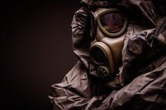 De mens met een gasmasker dat hazmat past draagt aan - sluit omhoog royalty-vrije stock foto