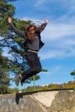 De mens met een lange baard en een lang haar vliegt als een vogel Stock Afbeeldingen