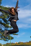 De mens met een lange baard en een lang haar vliegt als een vogel Stock Fotografie