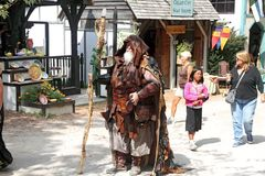 De mens met een personeel kleedde zich in middeleeuws kostuum Royalty-vrije Stock Afbeeldingen