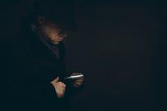 De mens met een scheermes wacht in dark royalty-vrije stock afbeelding