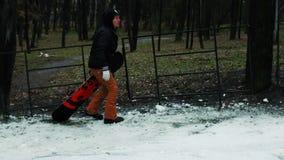 De mens met een snowboard neemt tot de bovenkant toe stock video