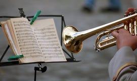De mens met een trompet, las muzieknota Royalty-vrije Stock Foto