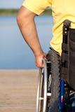 De mens met handicap gebruikt zijn rolstoel Royalty-vrije Stock Fotografie