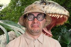 De mens met helm loopt vanaf enge dinosaurus stock fotografie