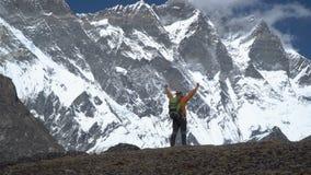 De mens met rugzak beklimt in het Himalayagebergte stock video