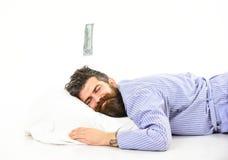 De mens met slaperig het glimlachen gezicht ligt op hoofdkussen, slaap stock afbeeldingen