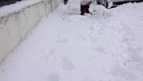 De mens met sneeuwschop maakt stoepen in de winter schoon stock footage