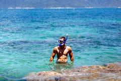 De mens met snorkelt in lagune royalty-vrije stock fotografie