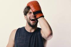 De mens met varkenshaar en het lachen gezicht draagt bokshandschoenen royalty-vrije stock foto