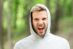 De mens met varkenshaar op het schreeuwen gezicht, aardachtergrond, defocused De zorgconcept van de huid De mens met baard of ong stock fotografie