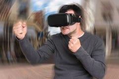 De mens met virtuele werkelijkheidsbeschermende brillen speelt 3D spelen Royalty-vrije Stock Fotografie