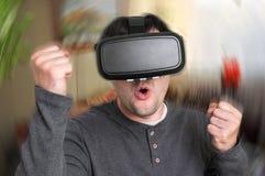 De mens met virtuele werkelijkheidsbeschermende brillen speelt 3D spelen Stock Fotografie
