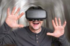 De mens met virtuele werkelijkheidsbeschermende brillen speelt 3D spelen Royalty-vrije Stock Foto
