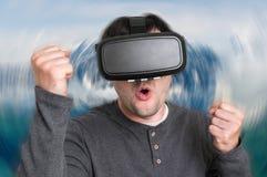 De mens met virtuele werkelijkheidsbeschermende brillen speelt 3D spelen Stock Afbeelding