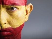 De mens met zijn gezicht schilderde met de vlag van Spanje Royalty-vrije Stock Afbeelding