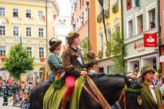 De mens in middeleeuws kostuum berijdt een paard Royalty-vrije Stock Foto