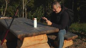 De mens neemt beeld met tabletpc in het park stock footage