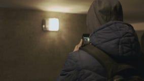De mens neemt beelden in de ondergrondse passage stock videobeelden