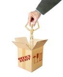 De mens neemt een andere persoon door het hoofd uit de doos Royalty-vrije Stock Foto