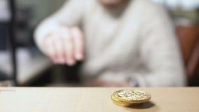 De mens neemt een bitcoin van een stapel stock videobeelden