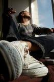 De mens neemt een rust op vensterbanken Royalty-vrije Stock Afbeeldingen