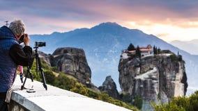De mens neemt foto van Meteora-klooster stock foto